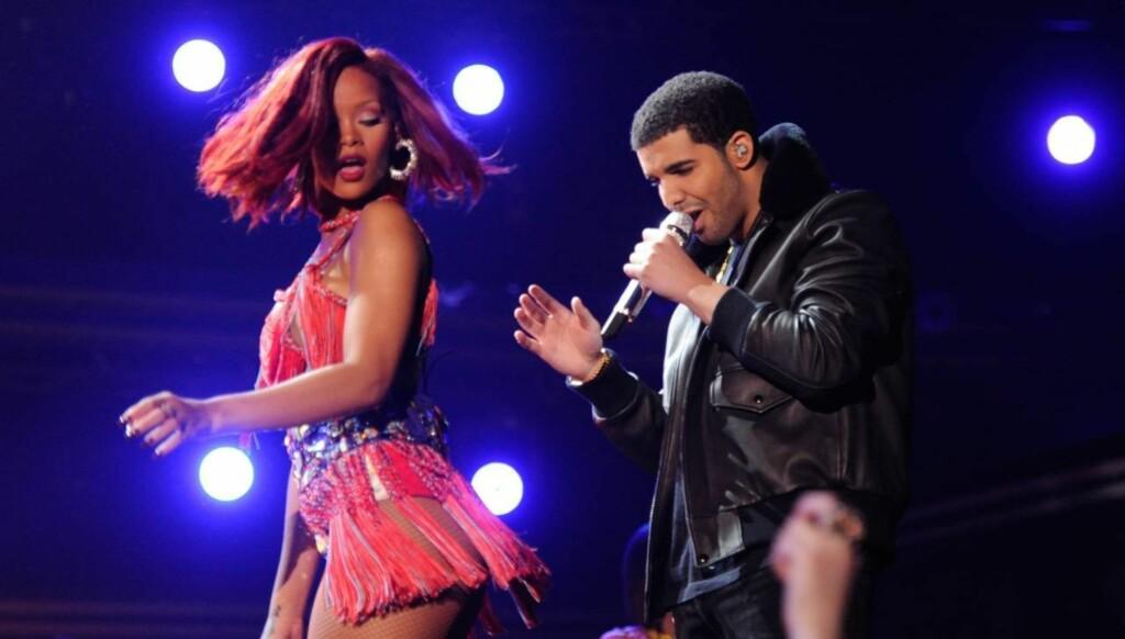 BETATT: - Rihanna og Drake er definitivt tiltrukket av hverandre. Men hun tenker bare karriere, mens han vil «date litt rundt», sier en kilde om den angivelige romansen mellom Rihanna og rapperen Drake. Her står de to på scenen sammen under Grammy-utd Foto: All Over Press