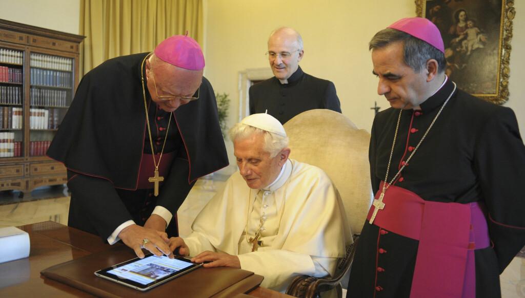 FORNØYD: - Han var helt klart i ekstase for den nye teknologien, mener prosjektansvarlig for Vatikanets nettsatsing, Thaddeus Jones. Foto: Reuters
