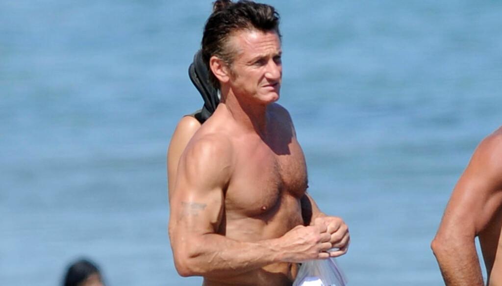 TOPPTRENT: Sean Penn viste at han var i kjempeform da han kastet klærne på stranda. Foto: All Over Press