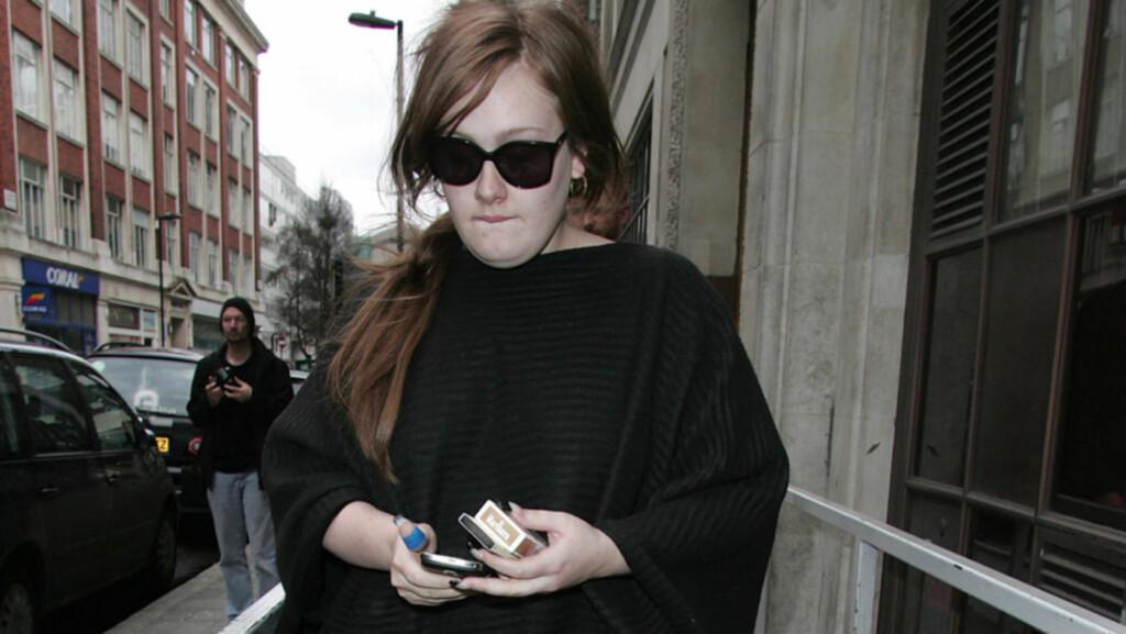 FRYKTER FOR LIVET: Den britiske stjerneartisten Adele har så alvorlig sceneskrekk at hun er redd stressnivået vil komme til å ta livet av henne. Røykingen, som hun også sliter med å slutte med, hjelper neppe på helsa. Her avbildet i 2009, etter at  Foto: Stella Pictures