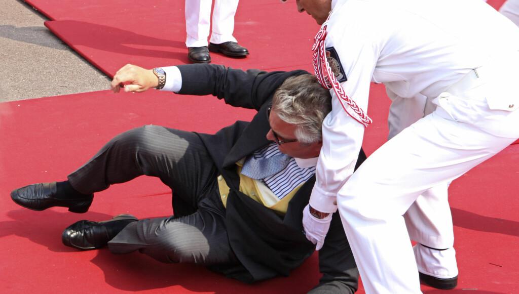 DAGENS FALL: Prins Laurent fra Belgia fikk problemer på den røde løperen i Monaco.  Foto: Reuters