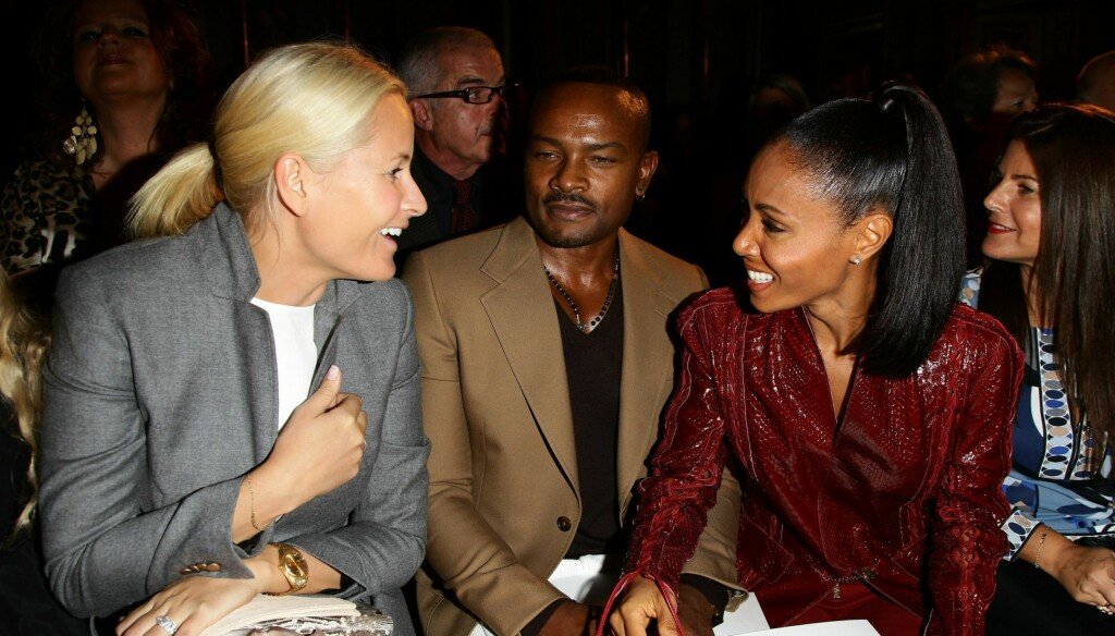 KLESBEVISST: Kronprinsesse Mette-Marit er kjent for sin moteinteresse og dukker ofte opp påmotearrangement. Her snakker hun med Jada Pinkett Smith under moteuka i Milan. Foto: All Over Press