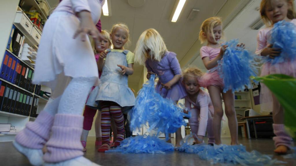 Dans og moro: Barna i Espira Finnås på Bømlo elsker musikkleker. Bømlo kommune har bare private barnehager. Foto: Erling Hægeland