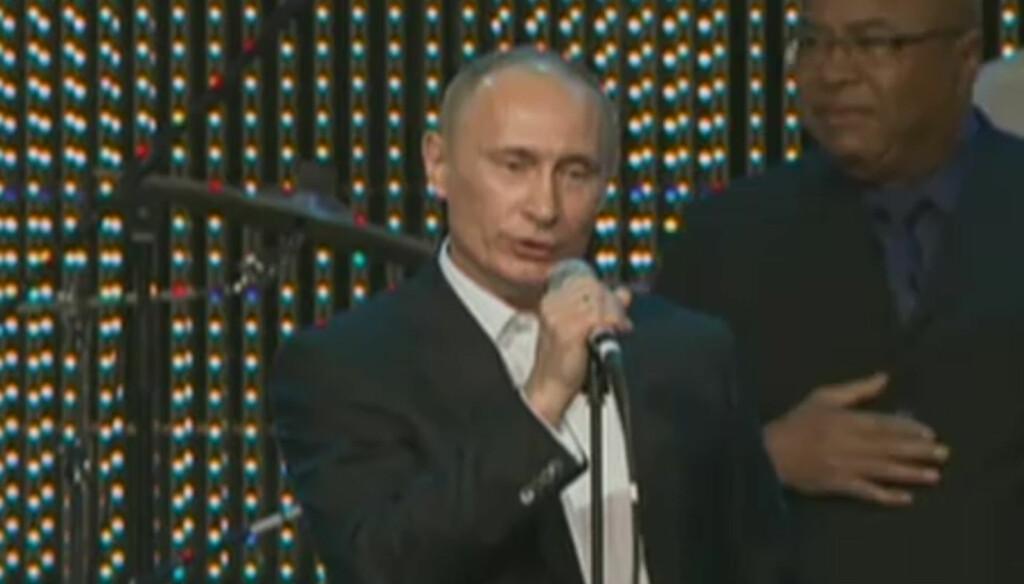 SANGSTJERNE: Russlands statsminister Vladimir Putin overrasket gjestene med å synge Fats Domino-låten «Blueberry Hill» på en veldedighetsgalla i St. Petersburg i 2010. Nå har hans framføring blitt del av en låt som tar russiske dansegulv med storm Foto: RT