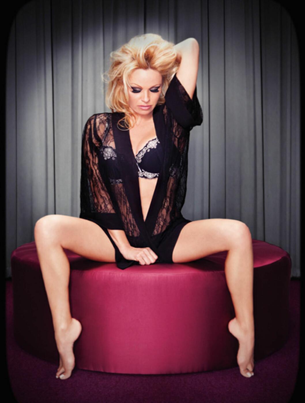 KASTER KLÆRNE: En lettkledd Pamela Anderson. Foto: Stella Pictures