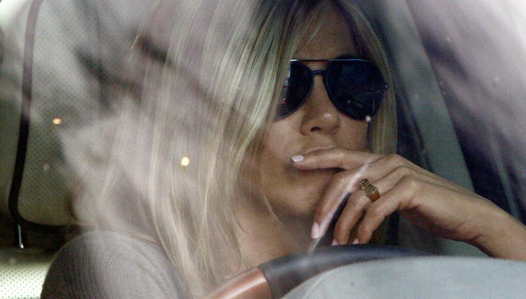 FORLOVET SEG?: Den nye ringen på Jennifer Anistons ringefinger da hun forlot Universal Studios mandag, har fått flere medier til å spekulere i om hun allerede har forlovet seg med sin nye kjæreste Justin Theroux. Foto: All Over Press