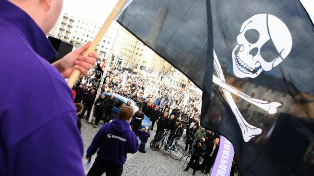 THE PIRATE BAY SANK: Som følge av den internasjoanle aksjonen gikk det populære nettstedet The Pirate Bay ned. Her fra en demonstrasjon mot straffeforfølging av nettstedets grunnleggere i Sverige. Foto: SCANPIX SWEDEN / FREDRIK PERSSON