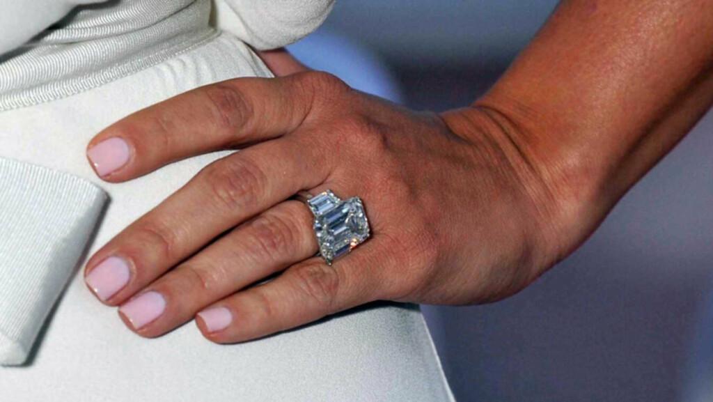 FOR VERDIFULL: Nyforlovede Kim Kardashian mener denne 20,5 karats diamantringen er for verdifull til å bruke til hverdags. Derfor vil hun nå få laget en rimeligere kopi av forlovelsesringen, så hun slipper å shoppe med drøye 10 millioner kroner på  Foto: Stella  Pictures