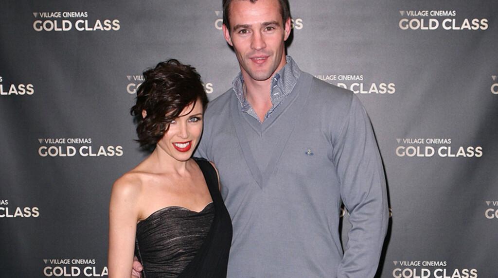 FORELSKET: Artist Dannii Minogue og tidligere rugbystjerne Kris Smith gjorde sitt beste for å avlive bruddryktene på filmpremiere i Melbourne onsdag. De lot seg fotografere mens de smilte og holdt rundt hverandre...  Foto: All Over Press