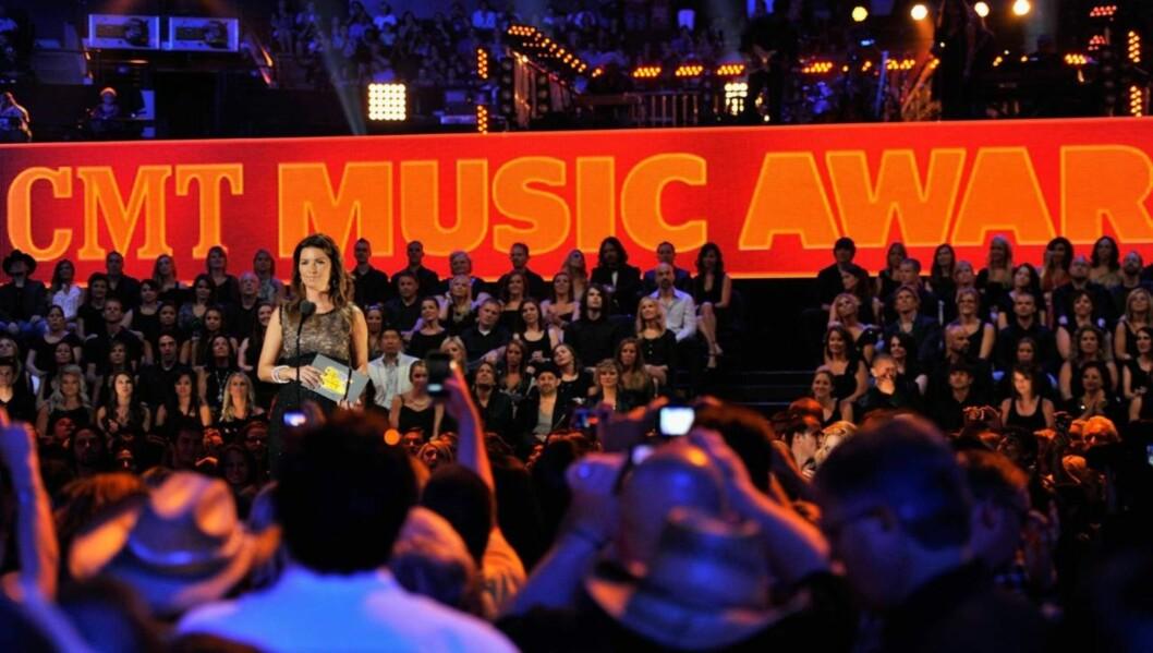 SMILTE TAPPERT: Shania Twain lot seg tilsynelatende ikke affisere av fallet, da hun onsdag delte ut en pris under Country Music Television Awards. Foto: All Over Press