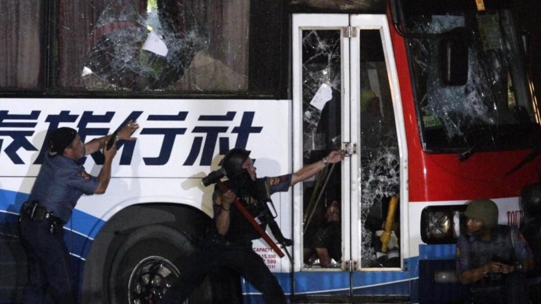 <strong>STORMET BUSSEN:</strong> Til slutt stormet poltiet bussen, men allerede var sju skutt og drept av gisseltakeren. Foto: EPA/DENNIS M. SABANGAN