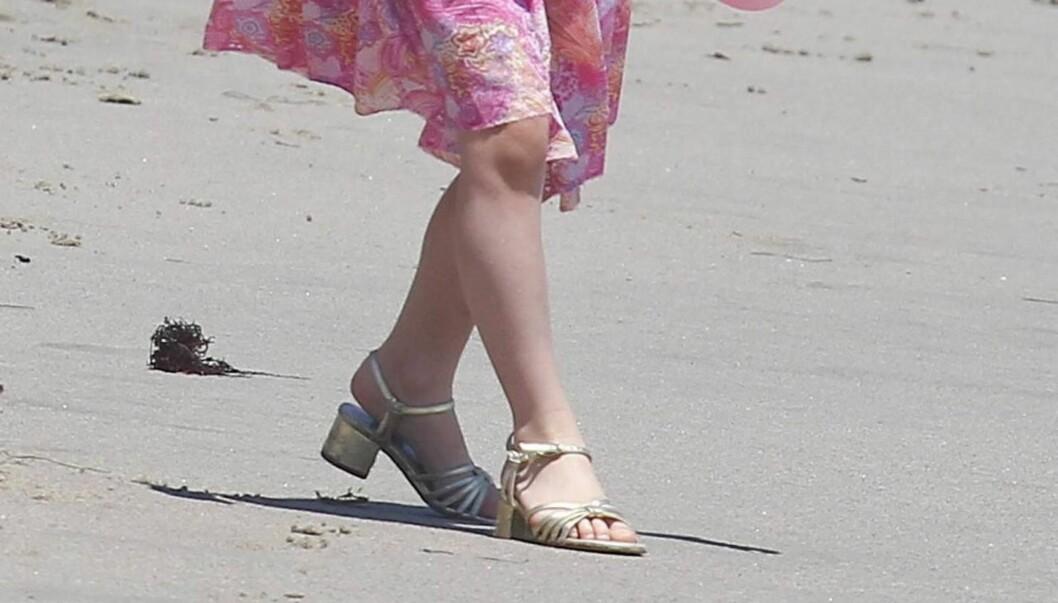 HØYE HÆLER: Katie Holmes' og Tom Cruises datter insisterer på å gå med høye hæler, selv på stranden. Foto: All Over Press