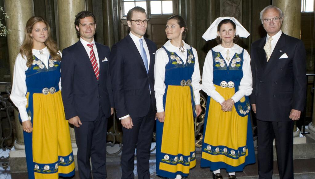 ALLE SAMLET: For første gang på mange måneder var hele den svenske kongefamilien samlet. Men spesielt prinsesse Madeleine og kong Carl Gustaf hadde store problemer med å smile.  Foto: Stella Pictures