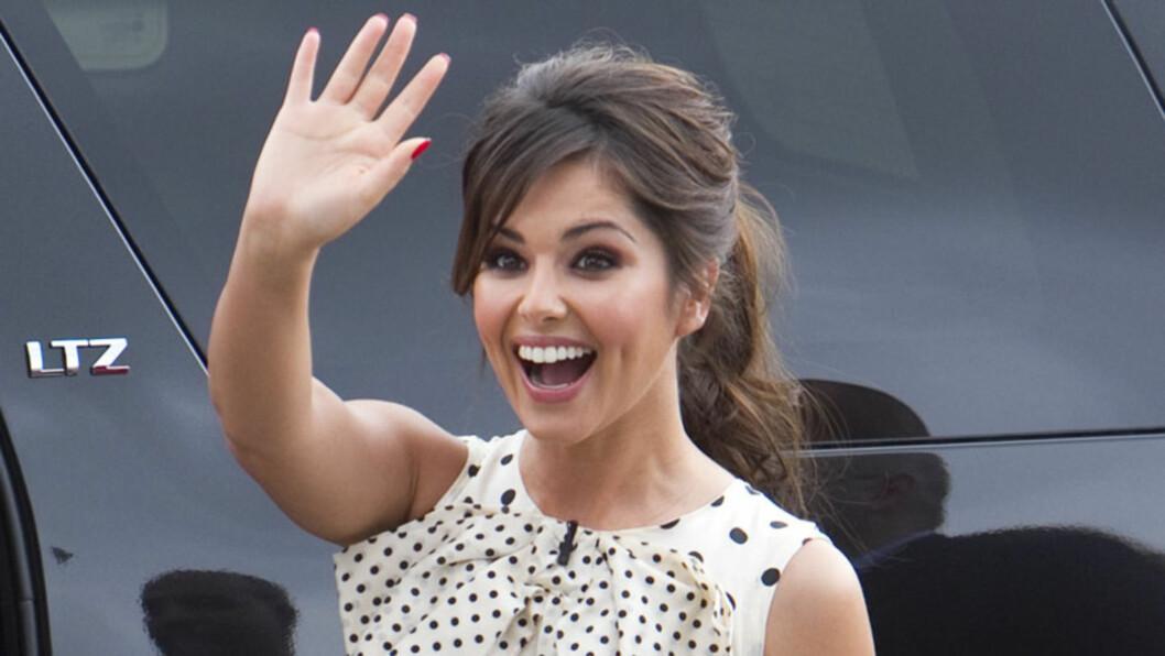FORNØYD: Britiske Cheryl Cole er sikkert fornøyd etter at hun skal ha fått tilbake jobben som dommer i amerikanske «X Factor». Sannsynligvis returnerer hun til auditionrundene i New Jersey onsdag. Her avbildet under auditions i Chigaco i mai - før h Foto: All Over Press