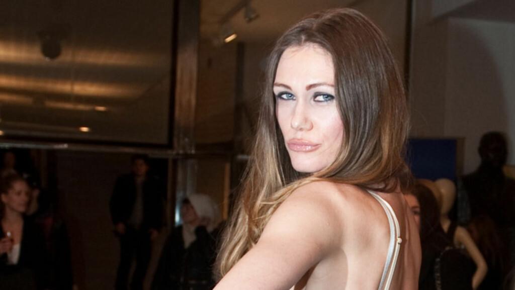 FRIGJORT: Kunstner Marianne Aulie poserer gjerne naken eller lettere avkledd - riktignok for å sende feministiske budskap. Nå ønsker hun å posere naken for une og Vebjørn Sands onkelbarn. Her avbildet på åpningen av Oslo Fashion Week i februar 2010 Foto: Glenn Svendsen / Stella Pictures