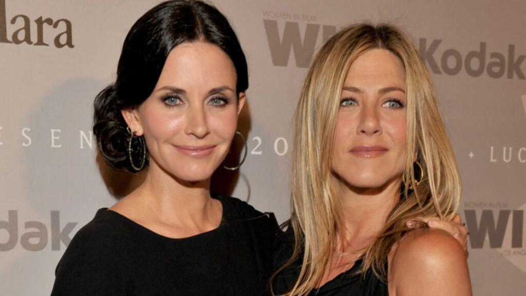 ANSTRENGT: Vennskapet mellom Courteney Cox og Jennifer Aniston skal ha blitt anspent den siste tiden, og de to skal ikke ha blitt avbildet sammen på nesten ett år. Her er de to på en tilstelning sammen 1. juni 2010 . Foto: All Over Press