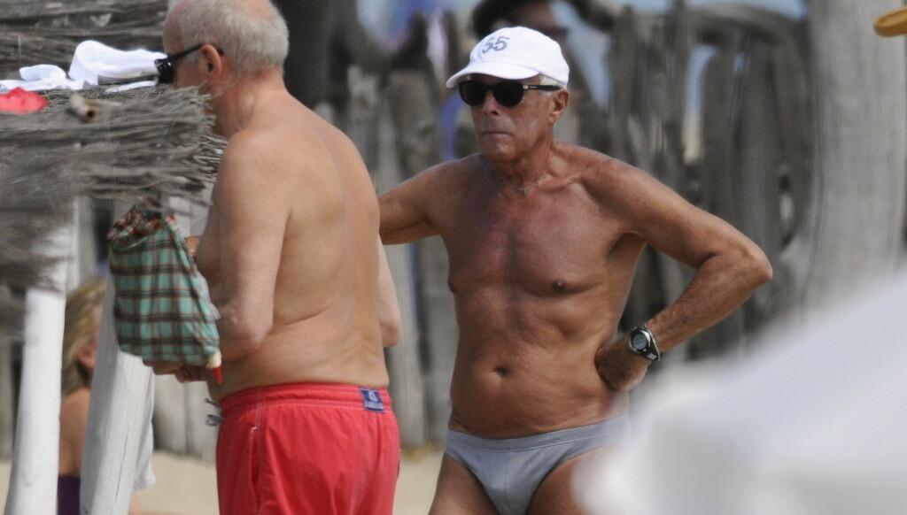 LITEN BADEBUKSE: Mens de andre mennene på stranda i Saint Tropez brukte klassiske badeshortser, valgte Giorgio Armani en minimal badebukse. Foto: Stella Pictures