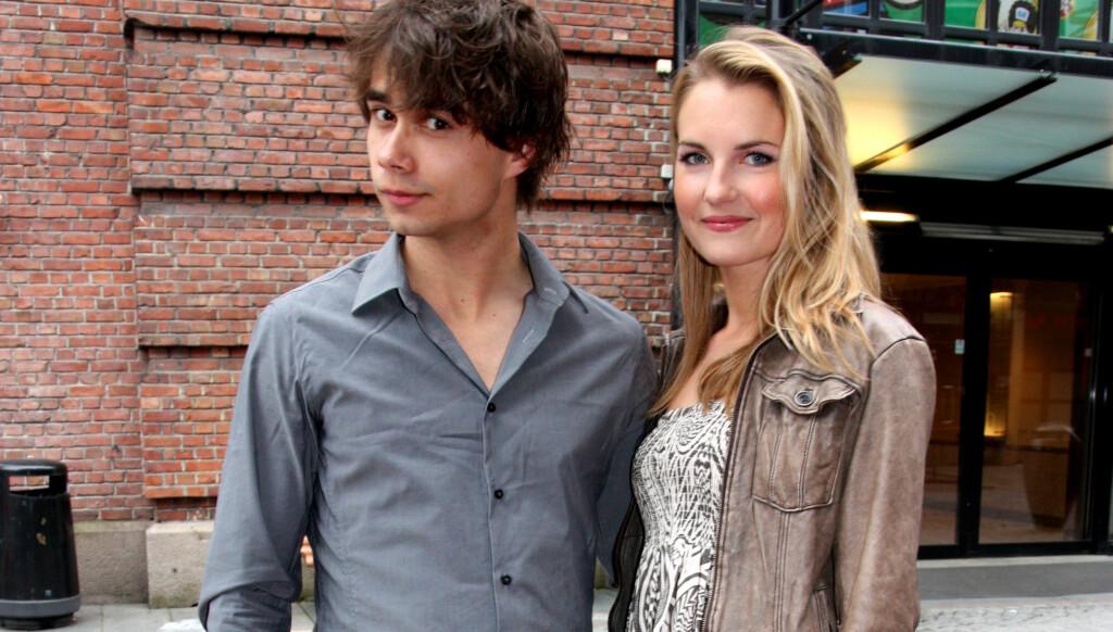 MED KJÆRESTEN: Alexander Rybak hadde med seg vakre Maria Slyngstad på premieren av Sommerlatter 2011. Foto: Thomas Horni / Seoghør.no