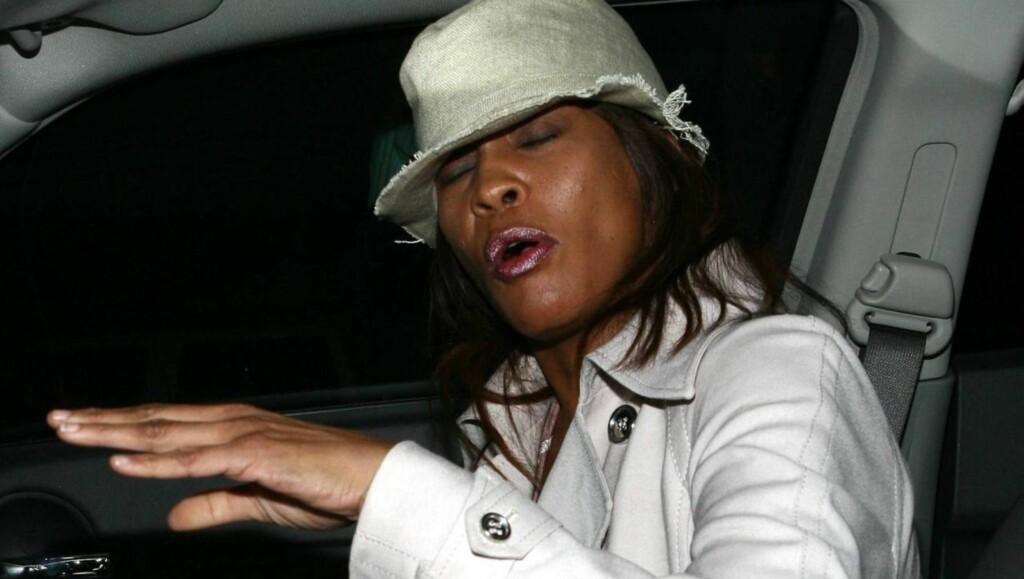 MÅ STUMPE RØYKEN: Houston skal ha blitt advart om at hun dør om hun ikke stumper røyken. Foto: All Over Press