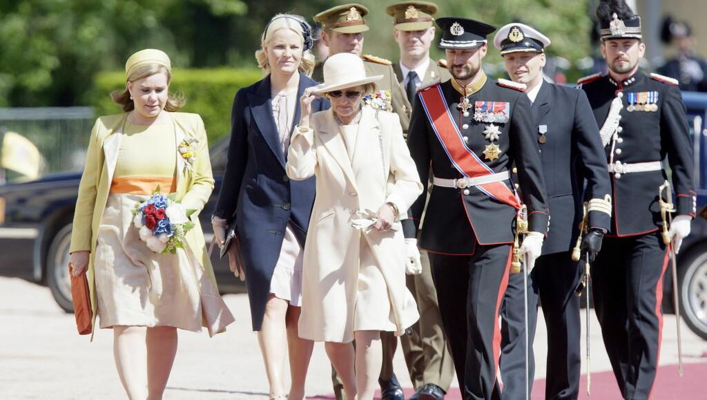 I SORG: Dronning Sonja sammen med storhertuginne Maria Teresa (til venstre), og kronprins Haakon sammen med kronprinsesse Mette-Marit under statsbesøk fra Luxembourg på slottsplassen i Oslo mandag.  Foto: SCANPIX