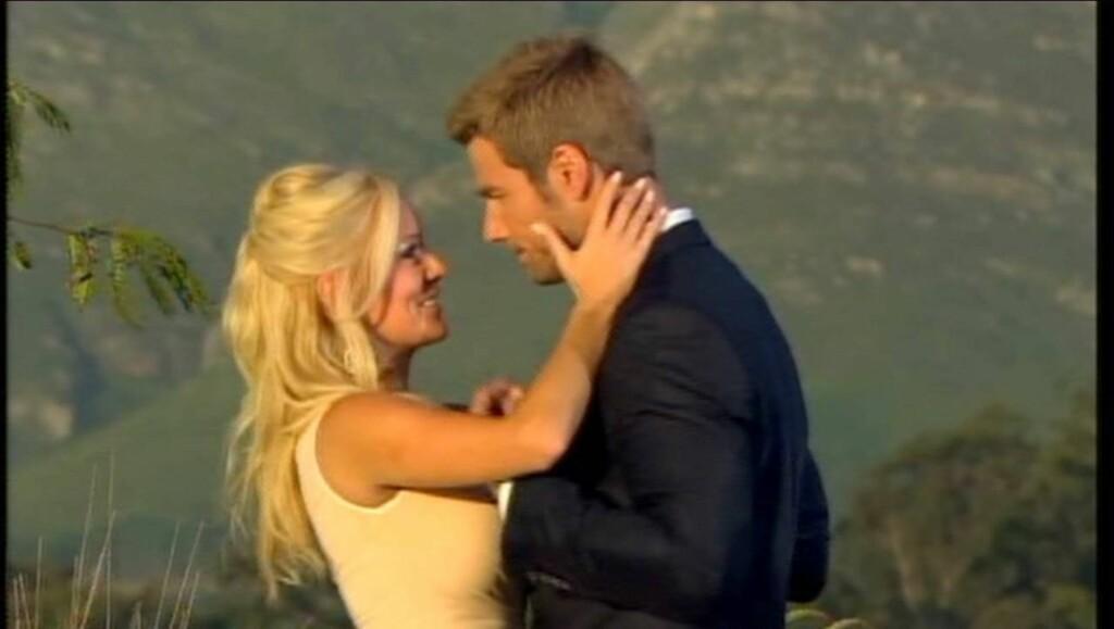 ROMANTISK FORLOVELSE: Brad Womack og Emily Maynard forlovet seg på TV i den romantiske sesongavslutningen. Nå har hun tatt av seg forlovelsesringen. Foto: All Over Press