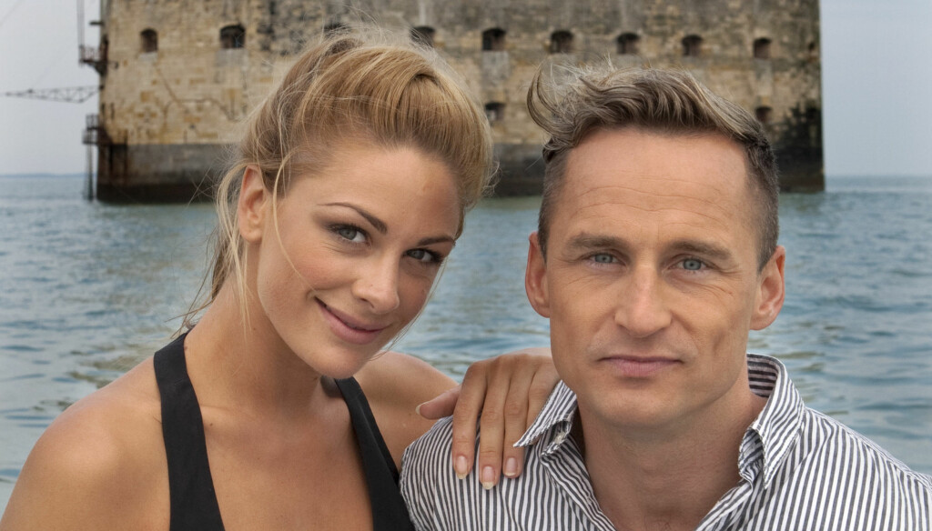 FORTSETTER UTEN JENNY: Jenny Skavlan og Daniel Franck var programledere i første seosong av «Fangene på fortet». Her er de foran innspillingsstedet Fort Boyard i La Rochelle i Frankrike. Foto: TV3