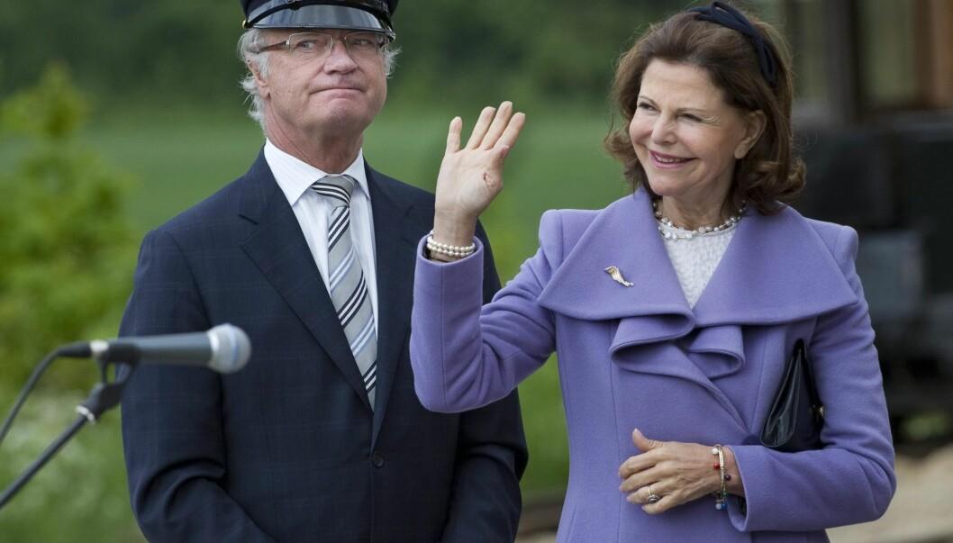 BYTTET RING: Da dronning Silvia oppdaget at pressefolkene hadde begynt å snakke om at hun ikke brukte gifteringen, satte hun en annen ring på fingeren. Men da var det allerede for sent... Foto: SCANPIX SWEDEN
