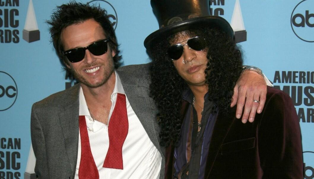 AVSLØRINGER: Rockeren Scott Wieland (til venstre) avslører at han ble voldtatt som 12-åring i sin nye selvbiografi. Her med Slash på American Music Awards. Foto: Stella Pictures