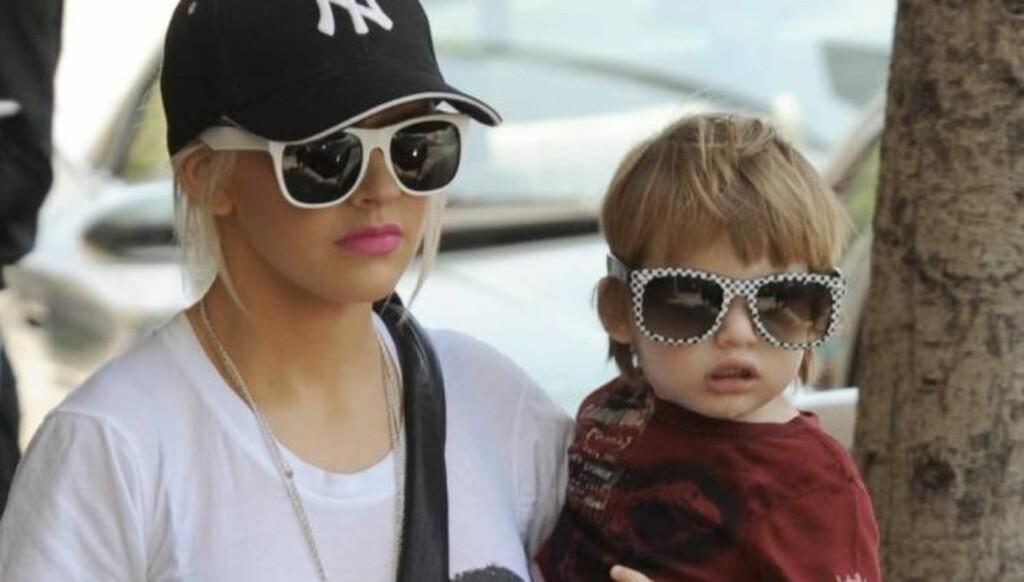 SOLBRILLER: Både Christina Aguilera og hennes 3 år gamle sønn, Max, er moteriktige med solbriller. Foto: All Over Press