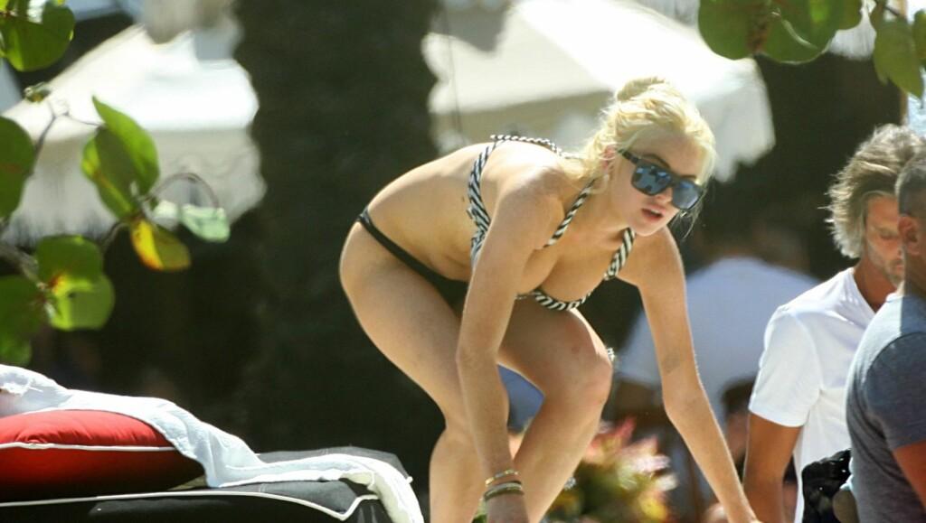 PUST I BAKKEN: Lindsay Lohan koste seg med lillesøsteren og flere venner ved bassengkanten ved Raleigh Hotel i Miami denne uken.  Foto: All Over Press