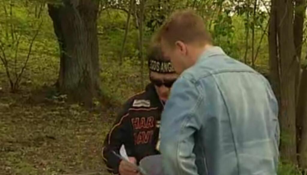 NYE PÅSTANDER: - Han er der mens kvinnene er nakne - og når en jente leverer kokain til kompisen hans og slikt, forteller Mille Markovic, som her viser fram bildene til TV 4. Foto: Printscreen TV4