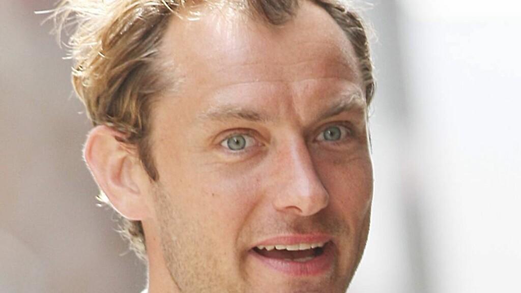 NÅ: Jude Law (38)  begynner å bli gammel og gir kjekkasrollene til Robert Pattinson. Foto: All Over Press