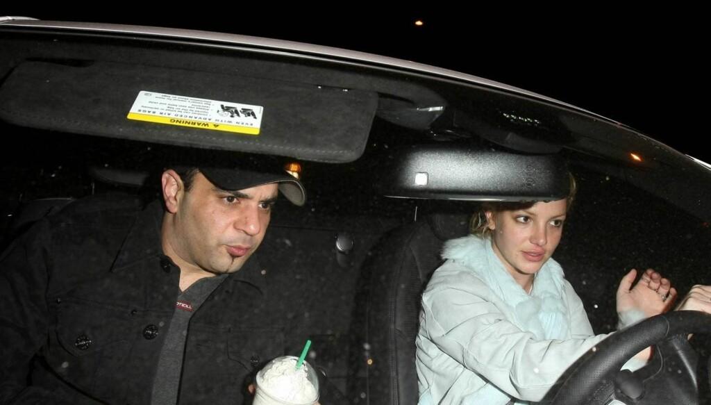 BESØKSFORBUD: Britneys eks-manager Sam Lufti (t.v.) har forbud mot å nærme seg popstjernen.  Nå har han saksøkt Britneys mor etter at hun beskyldte ham for å ha dopet ned Britney etter hennes sammenbrudd i 2008. Foto: Stella Pictures
