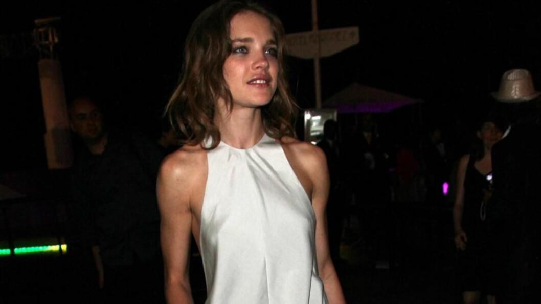 LØSSLUPPEN MODELL: Supermodell Natalia Vodianova gjorde et merkelig kjolevalg på Calvin Klein-arrangementet i Cannes denne uken. Den fotside aftenkjolen var altfor løstsittende og formløs - og viste frem puppene hennes!  Foto: All Over Press