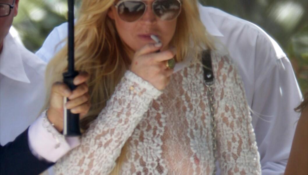 I GJENNOMSIKTIG: Lindsay Lohan lot lite være igjen til fantasien da hun viste seg på stranda i Miami. Foto: All Over Press