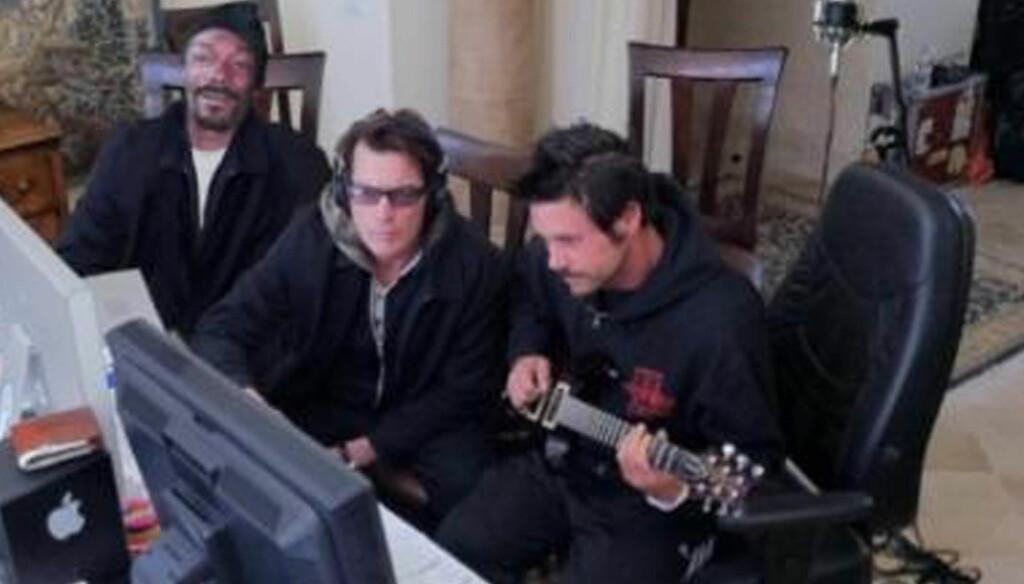 BLIR PLATEARTIST: Charlie Sheen under innspillingen av låten «Winning» sammen med Snoop Dogg og Rob Patterson. Foto: Stella Pictures