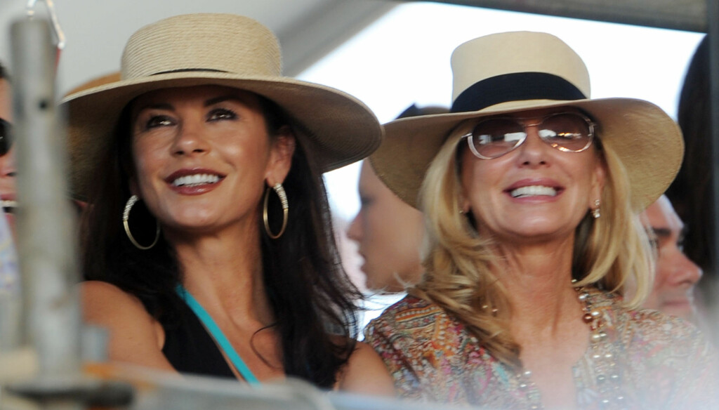 ET STORT SMIL: Catherine Zeta-Jones storkoste seg sammen med Jane Buffett, under en konsert med Janes ektemann Jimmy Buffett. Foto: All Over Press
