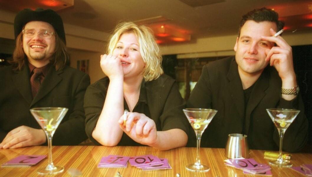 HEFTIGE RYKTER: - Det er vanskelig for dere å skille komikeryrket fra det private, sier Anne-Kat. Hærland, som hevder hun aldri har vært sammen med Ari Behn, til Seher.no. Dette bildet er hentet fra 2001, da Ari, Anne-Kat. og Per Heimly drakk drinker p Foto: Aftenposten/Scanpix