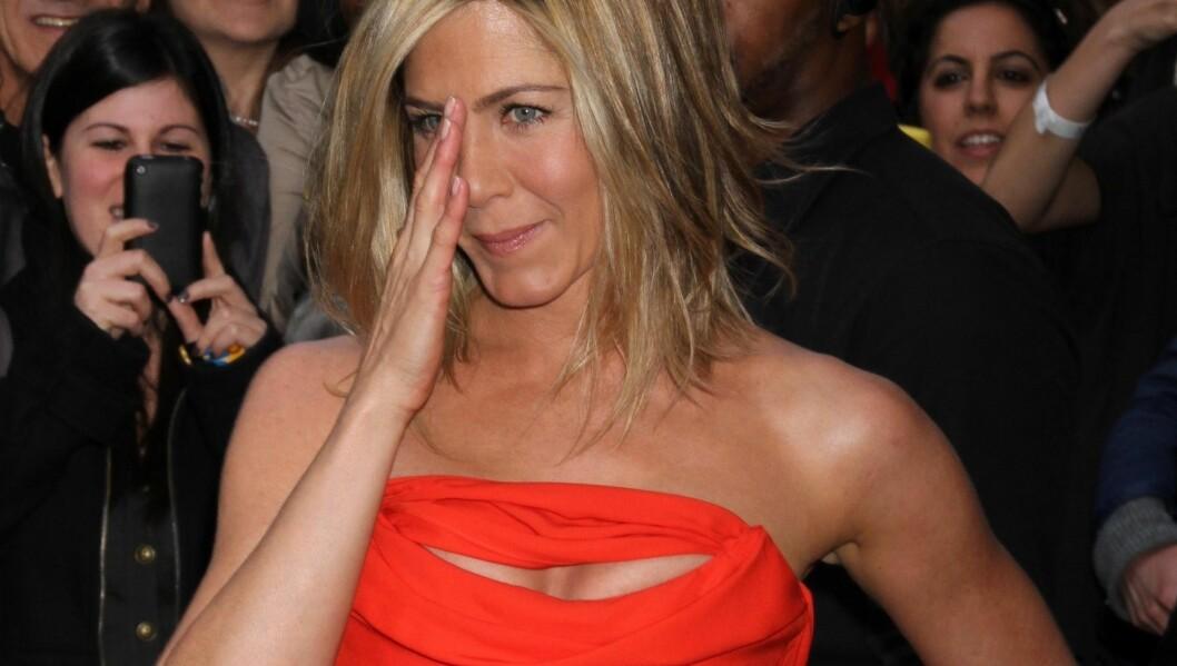 NØYTRAL: Vanligvis går Jennifer i nøytrale farger og kjoler som ikke avslører for mye. Nå viste hun kløft i en knallrød kjole. Foto: Stella Pictures