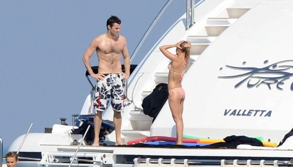 SJARMØR: Steve Jones har vært koblet til en lang rekke kjente vakre kvinner. Her er han på ferie med «Heroes»-stjernen Hayden Panettiere i Cannes i 2009.. Foto: Stella Pictures