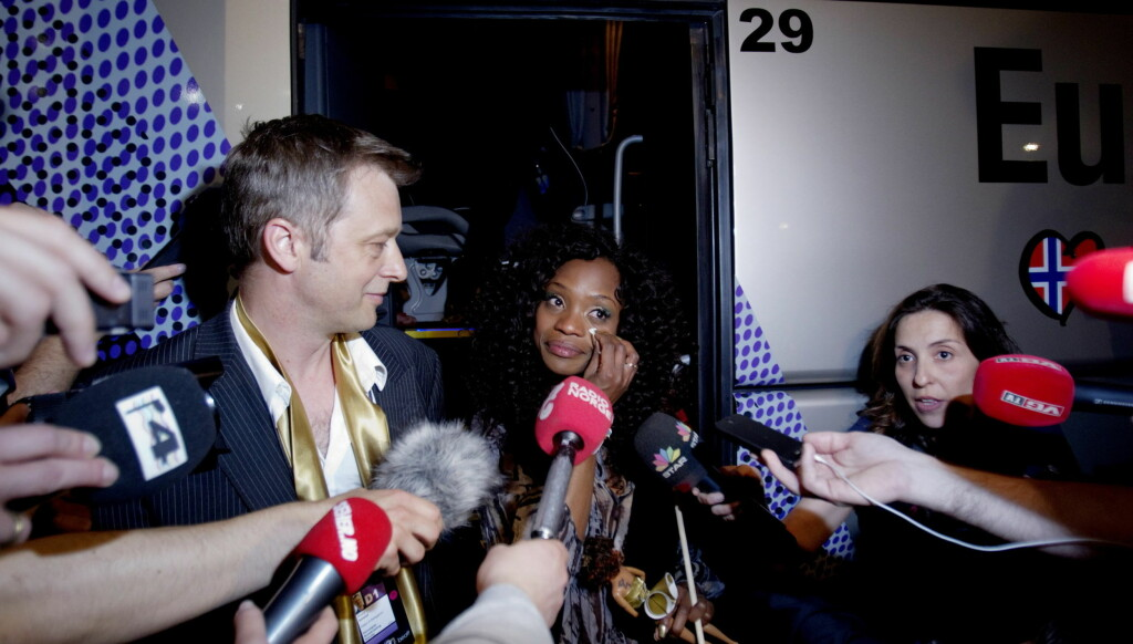 SJELDEN ALENE: Stella Mwangi har hatt mange folk rundt seg i Dusseldorf den siste tiden. Her er 24-åringen fotografert da hun møtte pressen sammen med Skjalg Solstad da hun røyk ut tirsdag. Foto: SCANPIX