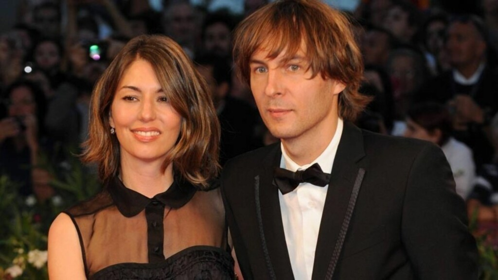 SNART GIFT: Sofia Coppola og rockekjæresten Thomas Mars er allerede tobarnsforeldre - og i august blir det bryllup i Italia. Her avbildet sammen på filmfestivalen i Venezia i september 2010. Foto: Stella  Pictures