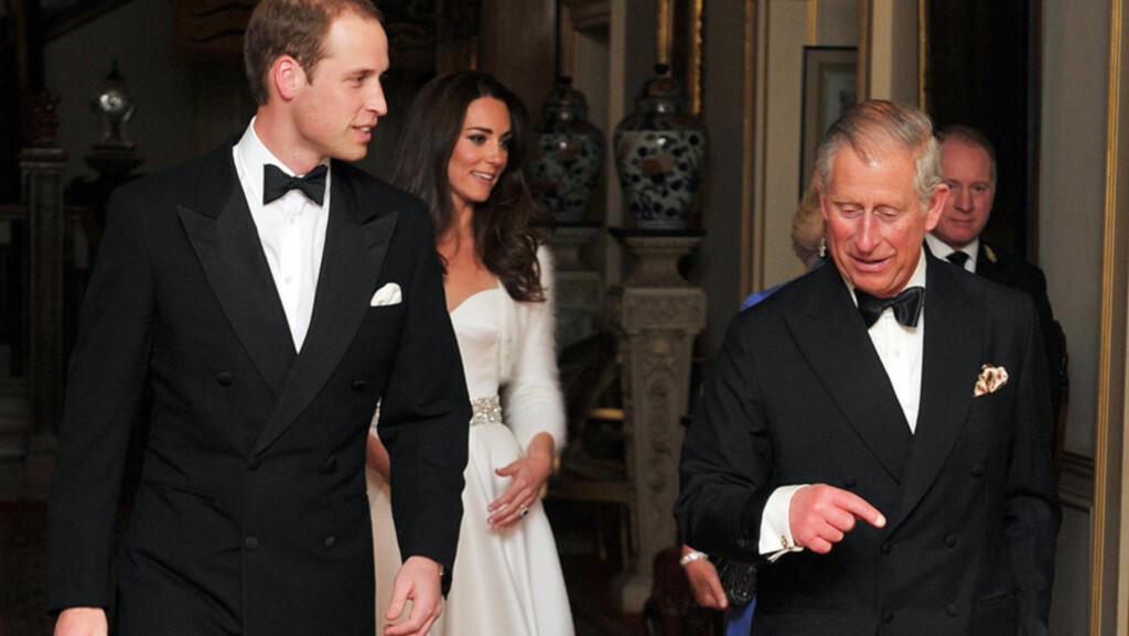PÅ VEI TIL FEST: Både prins William (t.v), Catherine hertuginne av Cambridge, prins Charles (t.h) og Camilla hertuginne av Cornwall (bak) skiftet antrekk før kveldens festligheter. Her er de på vei fra Clarence House til festen på Buckingham Palace.  Foto: Reuters