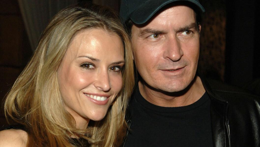 SKANDALEPAR: Charlie Sheen og Brooke Muellers forhold har vært fullt av skandaler hele veien. Nå er de endelig skilt.  Foto: All Over Press