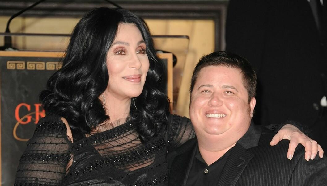 FRA CHASITY TIL CHAZ: Chaz, som Chastity nå kaller seg, gjennomgikk en kjønnsskifteoperasjon i fjor. Her er han sammen med moren Cher.  Foto: All Over Press