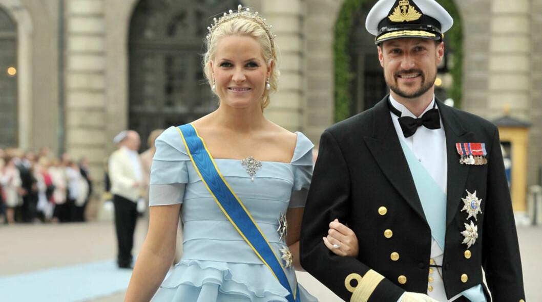 PÅ SYVENDE PLASS: Det er denne isblå kjolen som har sikret kronprinsesse Mette-Marit en plass på magasinet Time sin liste over verst bryllupskledde kongelige. Her avbildet sammen med kronprins Haakon under bryllupet til Sveriges kronprinsesse Victoria  Foto: All Over Press