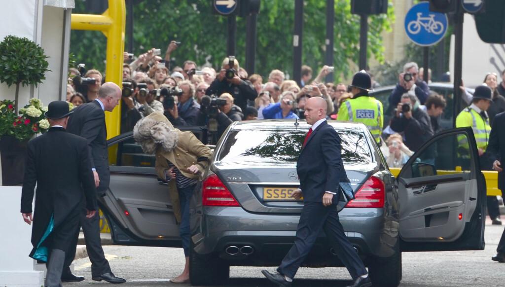 PRØVDE Å SKJULE SEG: Kvinnen på bildet gjorde alt for ikke å bli sett, men Daily Mail mener det er Alexander McQueens etterfølger Sarah Burton. Foto: All Over Press