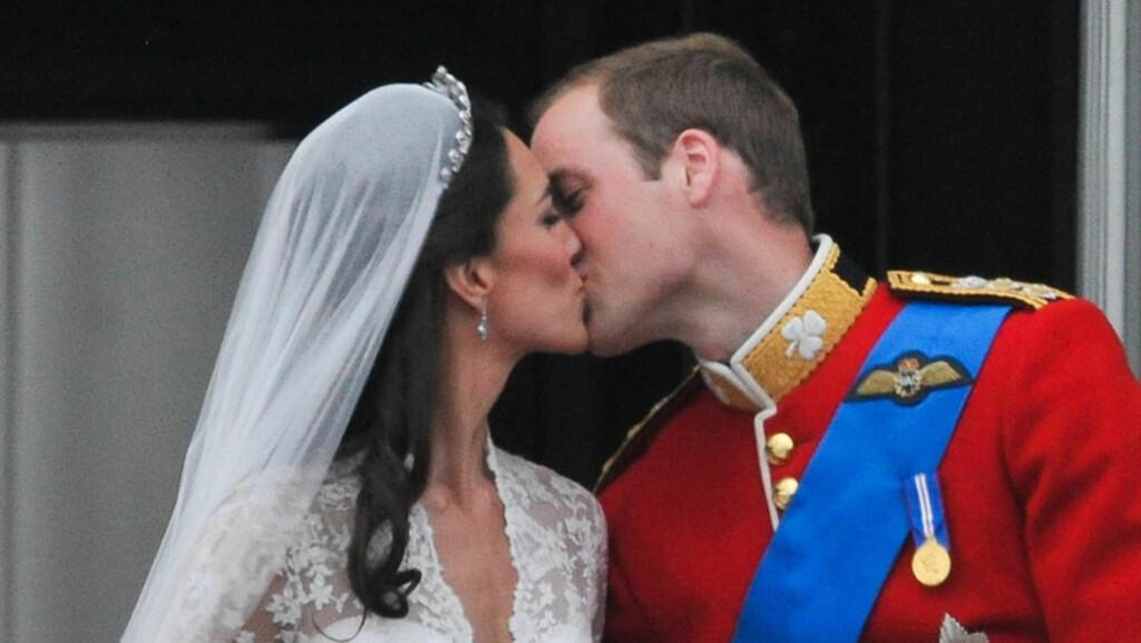 FOR STIVT?: Mange mener at kyssene mellom prins William og hans Catherine vitner om forelskelse og en lykkelig fremtid for paret. Andre er derimot av den oppfatning at brudeparet burde sluppet seg mer løs på slottsbalkongen fredag...  Foto: Stella Pictures