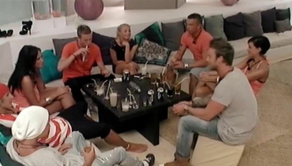 SJOKKERTE MED SEX-SKRYT: Niklas Vindel (t.h.) sjokkerte tirsdag flere av «Paradise Hotel»-kollegene da han hevdet at han blant annet hadde ligget med seks jenter på en kveld, uten å bruke kondom. Foto: TV3