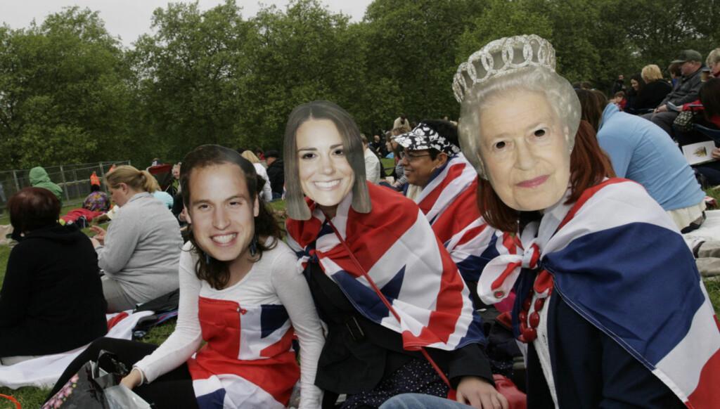 DOBBELTGJENGERE: De britiske venninnene Ruth, Ellie og Sam var utkledd som henholdsvis prins WIlliam, Kate Middleton og dronning Elizabeth fredag. Foto: Seher.no / Kirsti Ertsås